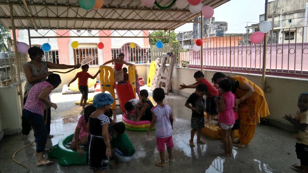 Water play, retro party and certificate distribution in going summer camp.